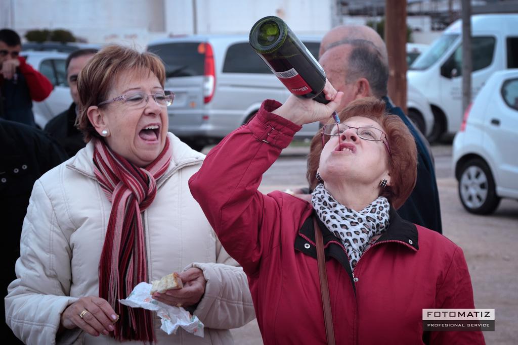 La purisima tomando vino