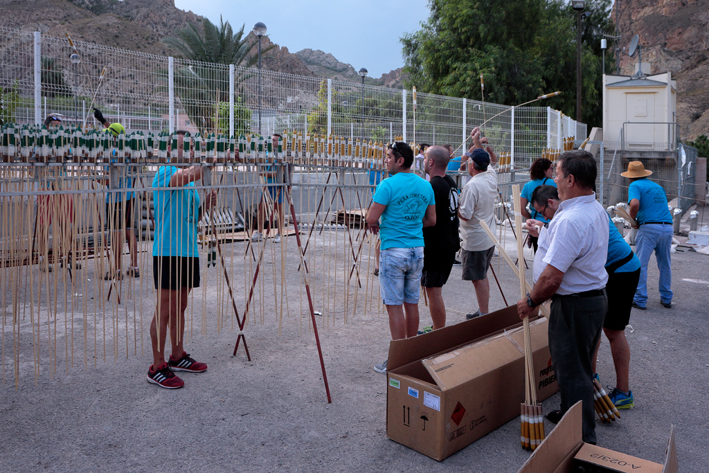 Preparación de la cohetada en Ojós