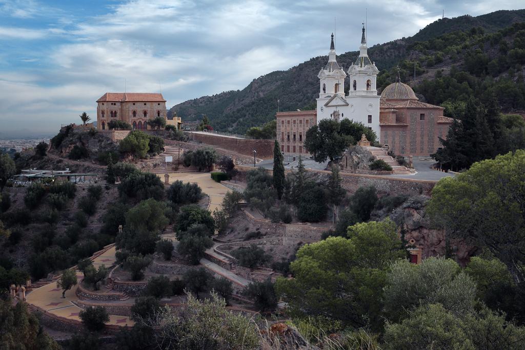 Fotografía de 2013 del Santuario de la Fuensanta, la casa de los Canónigos y a la derecha es visible la cueva de la cómica
